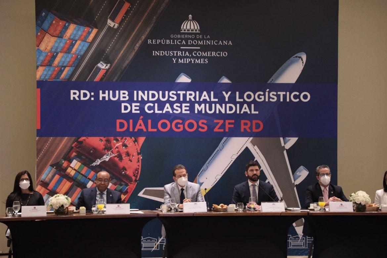 Al centro, el ministro de Industria Comercio y Mipymes (MICM), Víctor –Ito- Bisonó.